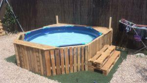 piscina forrada con escalera echa de palets