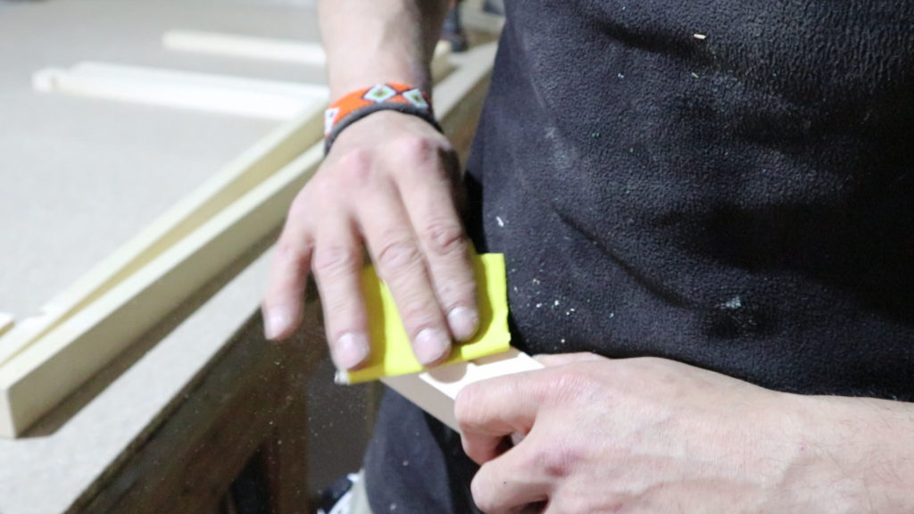 lijando los listones de 40x20 mm para la estructura de la mesita