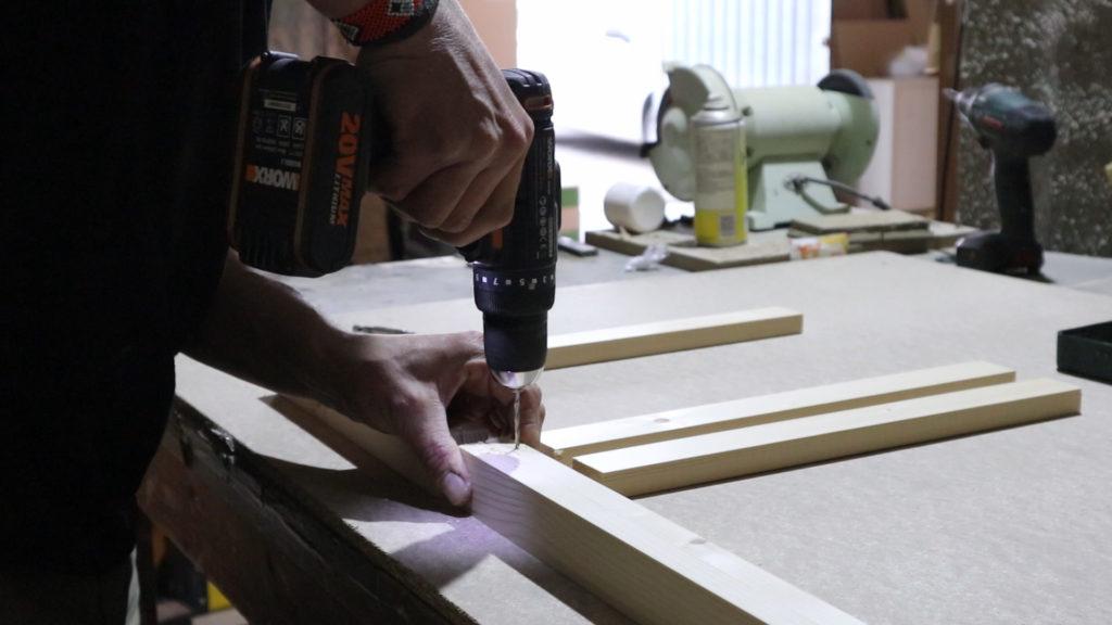 marcando el paso del tornillo con una broca primero