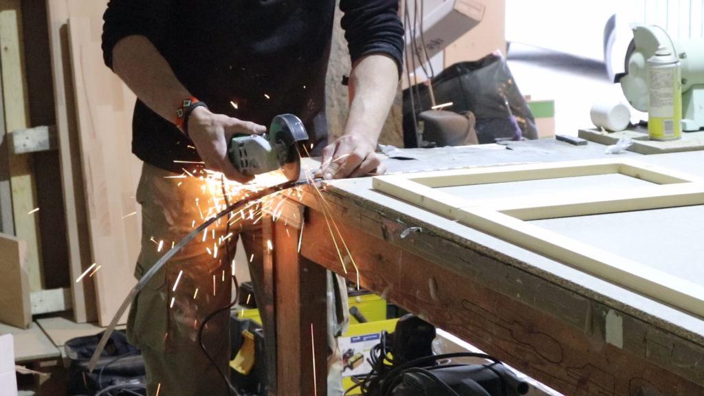 cortando las bisagras para la mesa elevable de centro con una radial