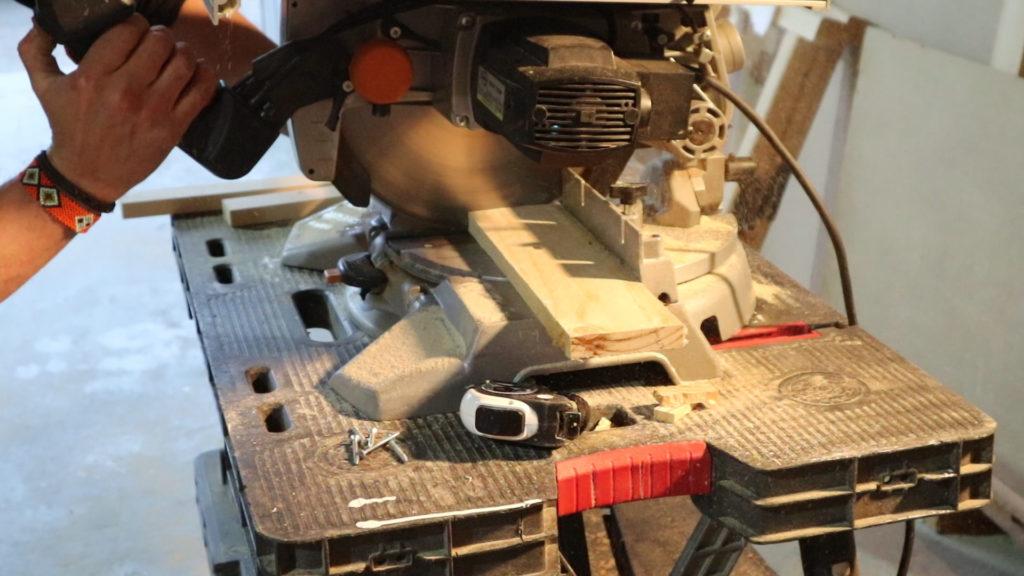 cortamos las tablas de palet para nuestra mesita de centro de pallets