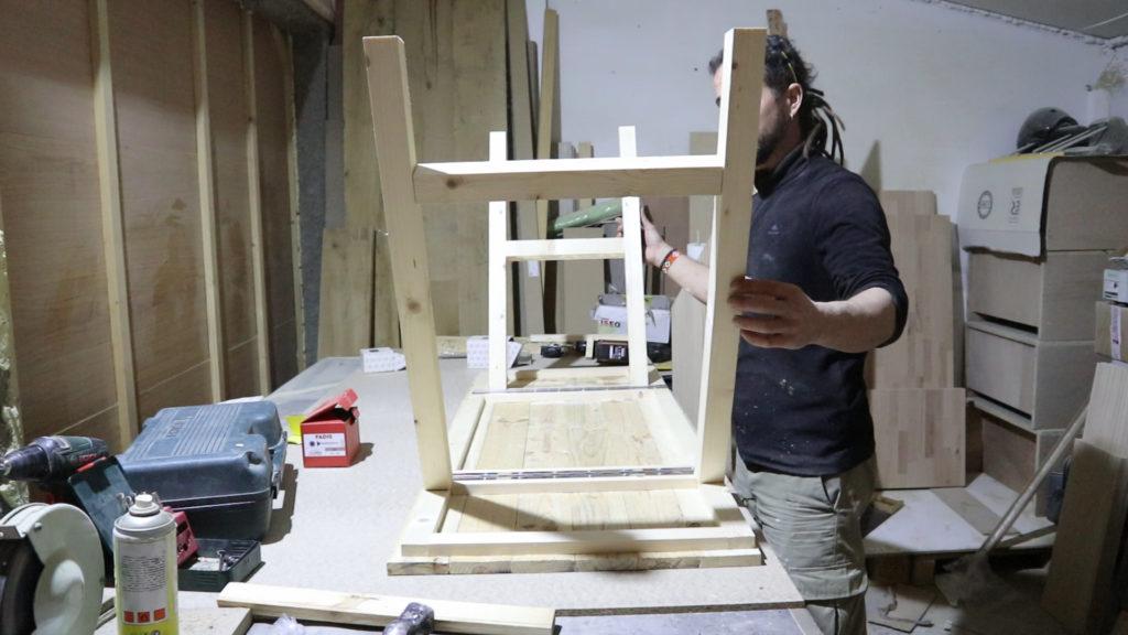 fabricando una mesa de centro de palets vista desde abajo
