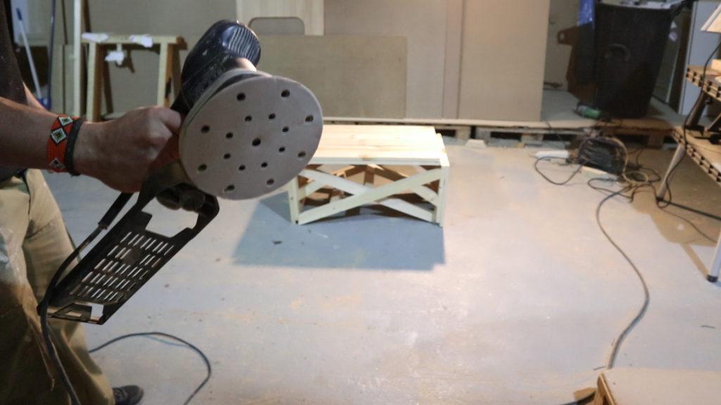 para finalizar el tutorial de fabricación de la mesa de centro usaremos una lijadora para dejarla fina