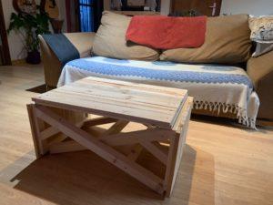 mesa de centro con palet delante de un sofá en el comedor de www.rufuster.com